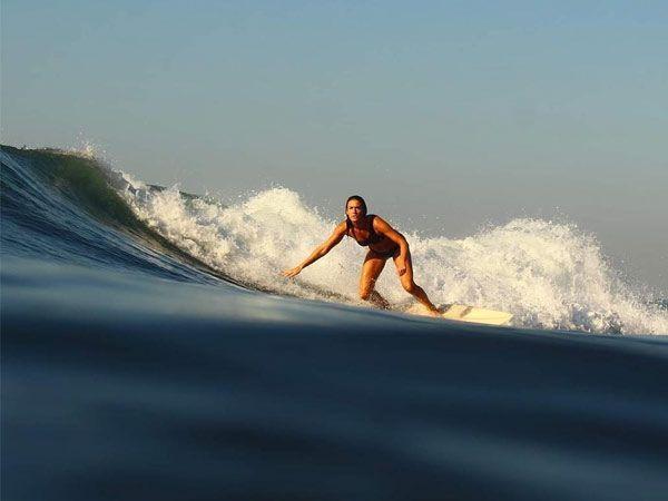 is-it-safe-to-travel-to-El-Salvador-Australian-girl-surfing-el-salvador